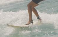 美女がハイヒールでサーフィン